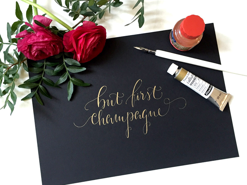 Gold mit Weiß gemischt: But first champagne von Berlin Kalligraphie