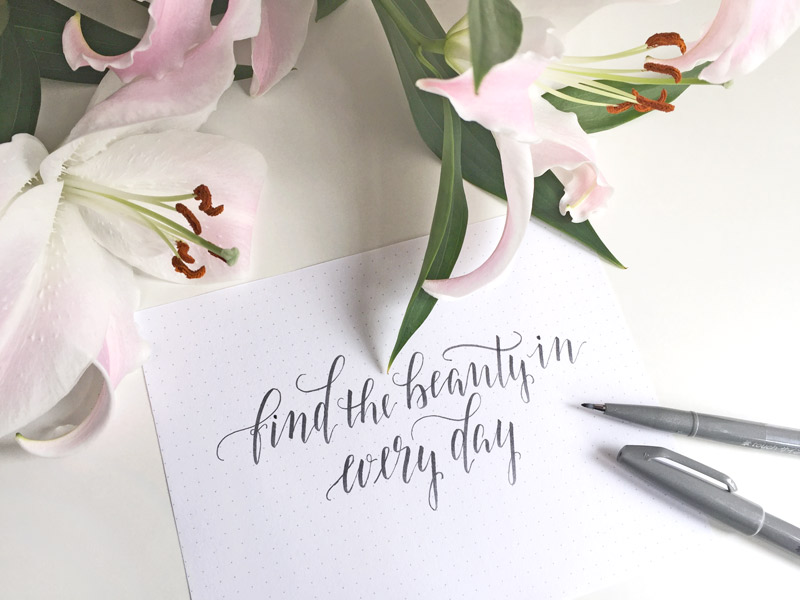 Berlin-Kalligraphie: Spruch Find the beauty in every day