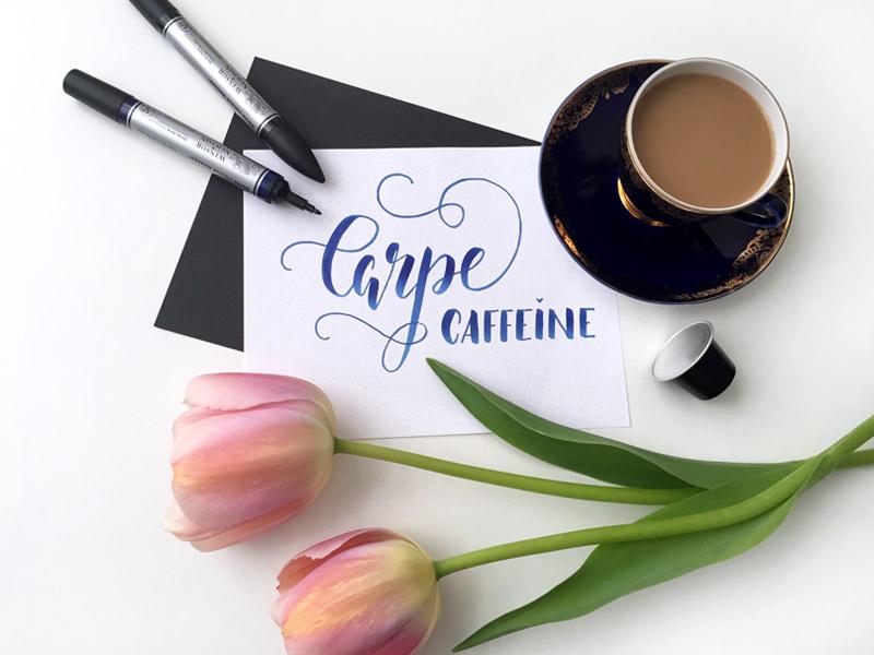 Spruch für Kaffeetrinker: Carpe Caffeine Handlettering