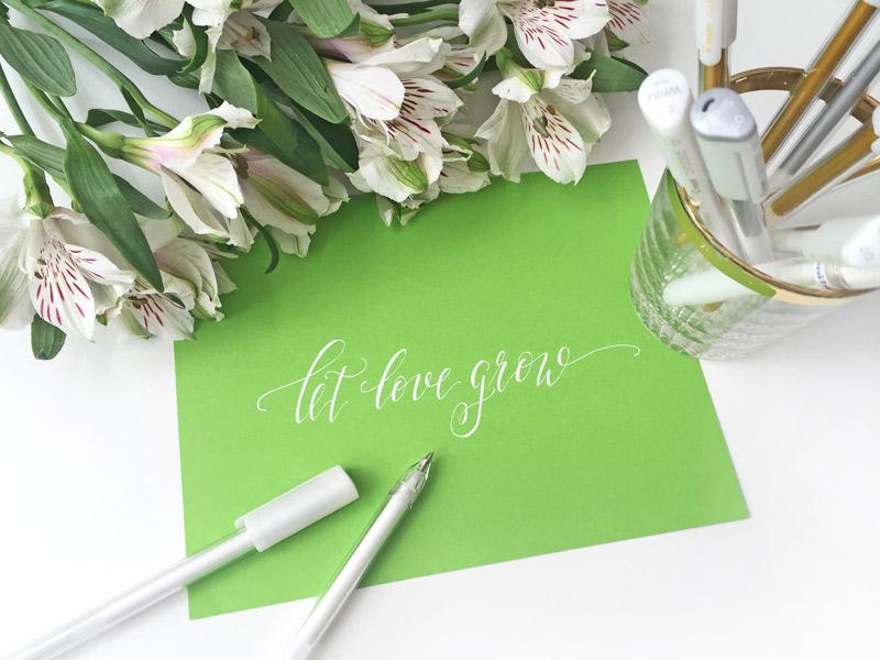 Spruch in Kalligraphie geschrieben: Let love grow
