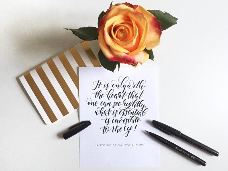 """Zitat vom Buch """"Der kleine Prinz"""" in Kalligraphie geschrieben"""