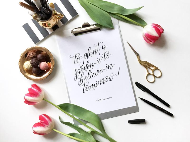 Kalligraphie zum Garten bepflanzen mit Zitat von Audrey Hepburn