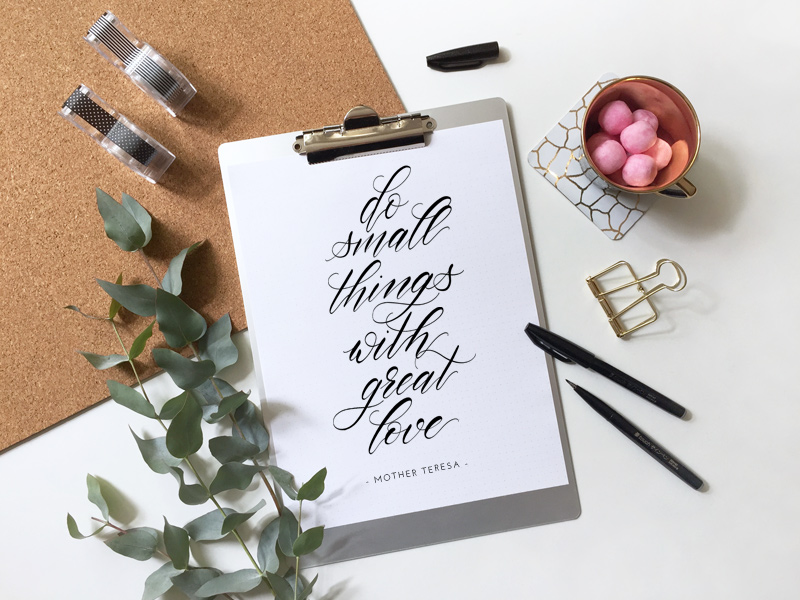Kalligraphie mit Zitat von Mutter Theresa: Do small things with great love