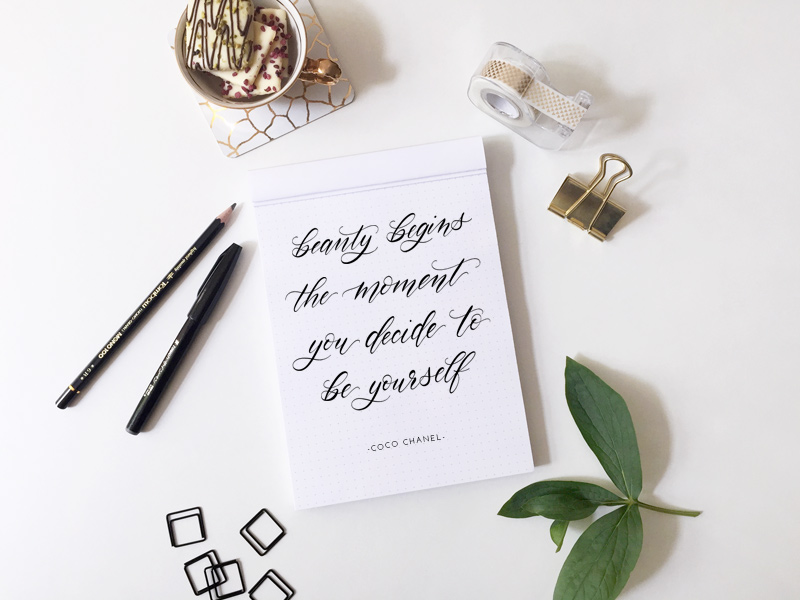 Kalligraphie mit Zitat von Coco Chanel: Beauty begins the moment you decide to be yourself