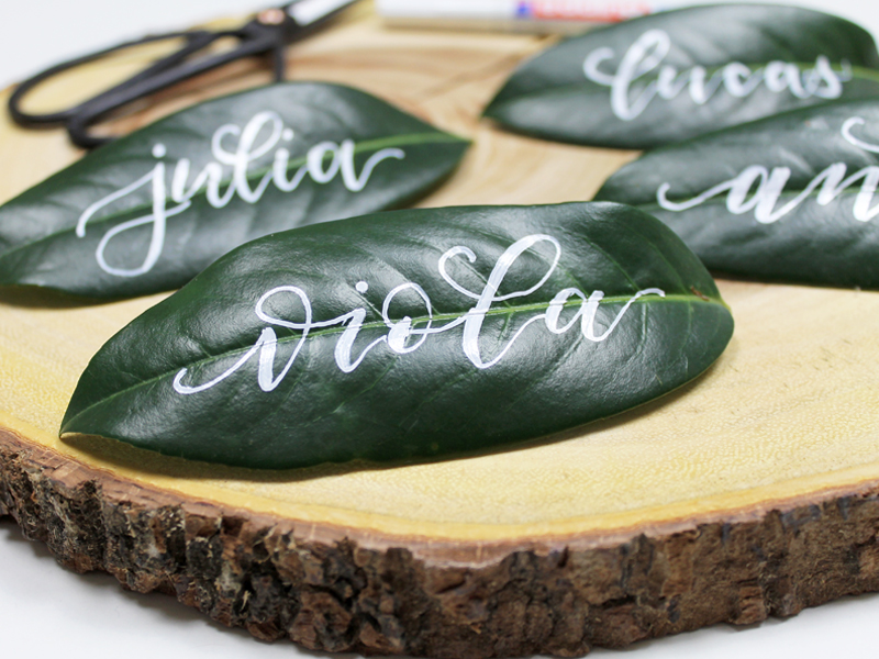 Namen mit Kalligraphie auf ein Pflanzenblatt geschrieben