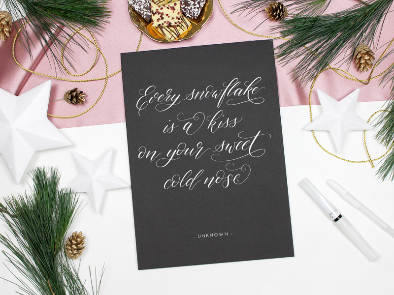 Winter-Kalligraphie mit Spruch: Every snowflake is a kiss on your sweet cold nose
