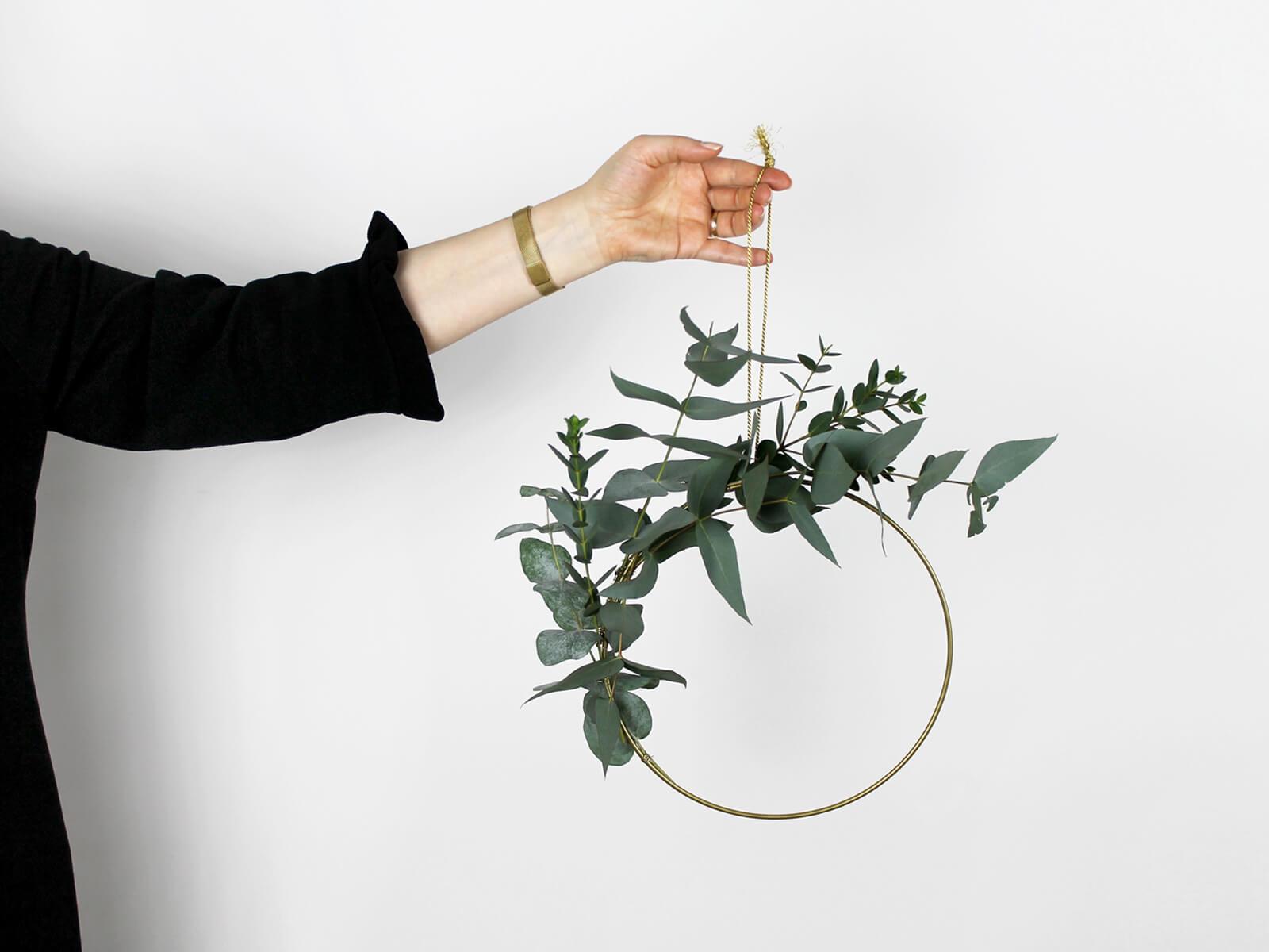 Mit dem selbstgemachten Eukalyptus-Kranz bekommt man eine schöne Winterdekoration.